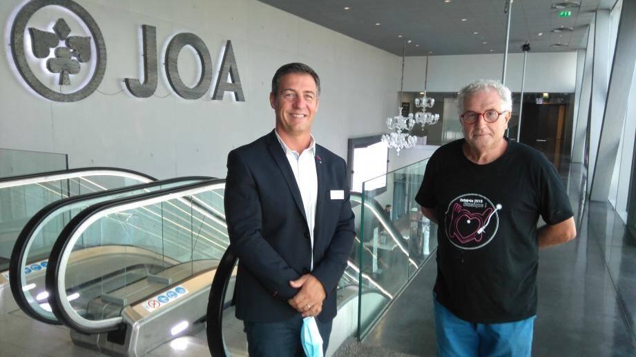 Dylan Peyras, directeur du casino Joa, accueille Christian Lépine, responsable de la communication des Restos à La Seyne, pour préparer la collecte qui aura lieu jeudi 9 juillet.