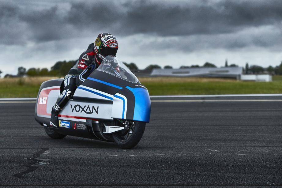 C'est Max Biaggi, plusieurs fois sacré champion du monde en moto de vitesse, qui prendra le  guidon de l'électrique Voxan Wattman. Objectif : 330km/h minimum.(DR)