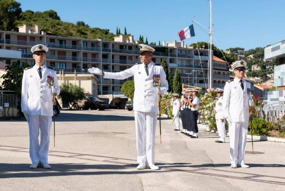 Le capitaine de vaisseau Benoît Courau, commandant le Pôle Écoles Méditerranée, a fait reconnaître le capitaine de frégate Damien Belleville (à gauche) comme commandant de l'École de plongée.