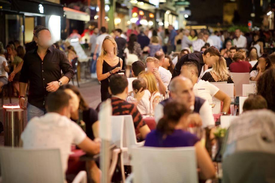 Faute de boîte de nuit, les jeunes Azuréens se rassemblent dans les rues du Carré d'Or.