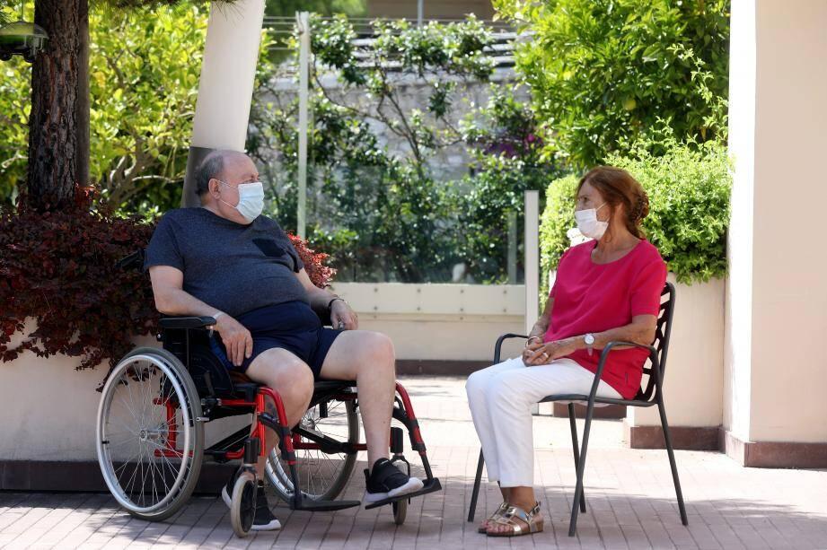 Les patients et résidents ont désormais l'autorisation de recevoir leurs proches en extérieur.