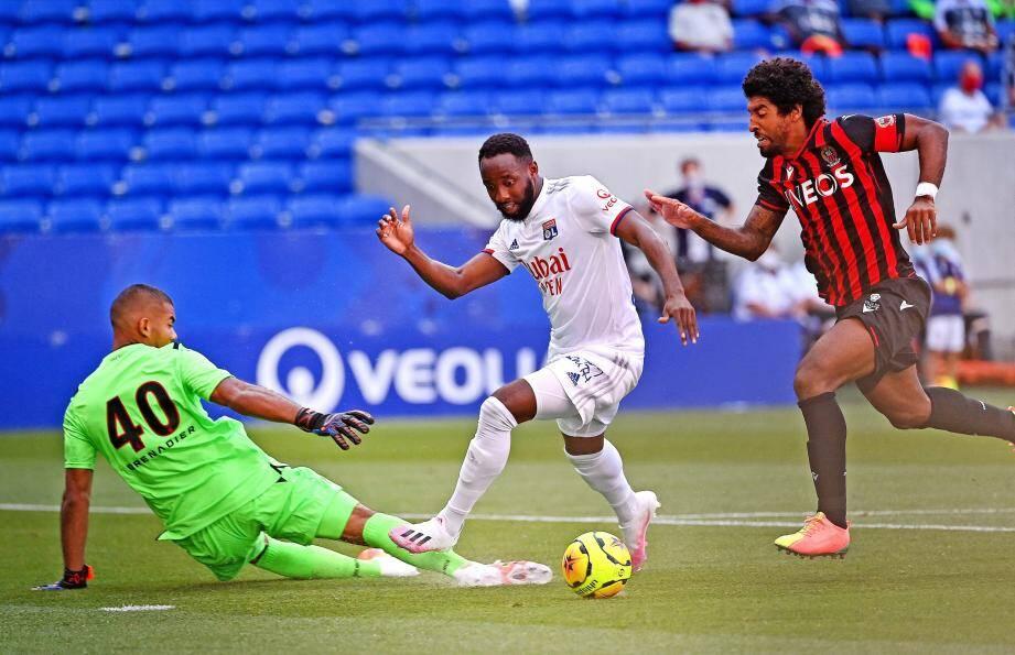 Le seul but du match est intervenu à la suite d'une passe en profondeur d'Aouar pour Dembélé. Le Lyonnais a pris de vitesse Dante et Pelmard, obligeant Benitez à commettre une faute et offrir un penalty aux Gones. Aouar s'est chargé de le transformer.