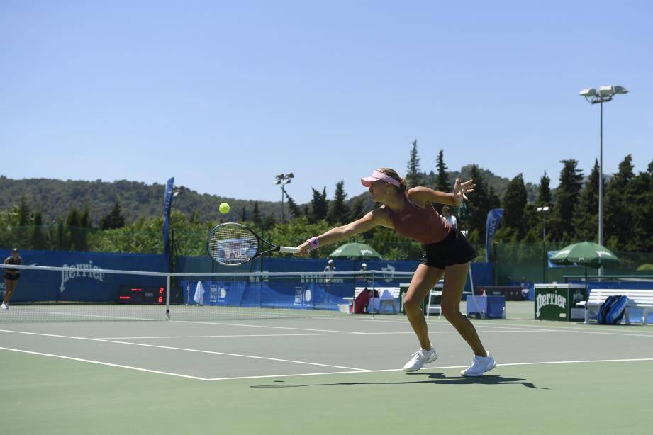Kristina Mladenovic (42e mondiale) est la tête d'affiche féminine. Lundi, « Kiki » a buté sur la jeune Clara Burel (19 ans, 506e) en deux manches (6-2, 7-6). Hier, elle a dominé Chloé Paquet au bout d'un second set accroché (7-6, 7-5).