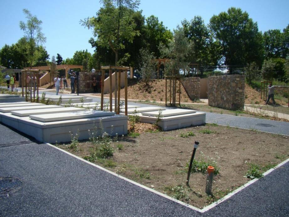 La création d'une nouvelle nécropole était devenue obligatoire en raison du manque d'emplacements de l'ancien équipement.