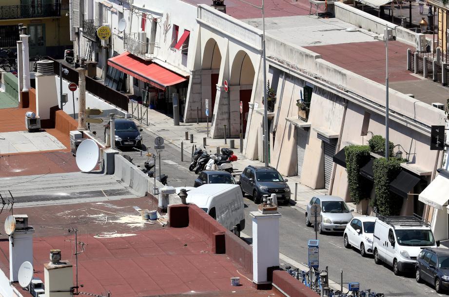 """""""Ces dernières nuits, des gens sont montés sur les toits des petites maisons et ont balancé de la peinture dans la rue et sur les toits"""", déplore une habitante."""