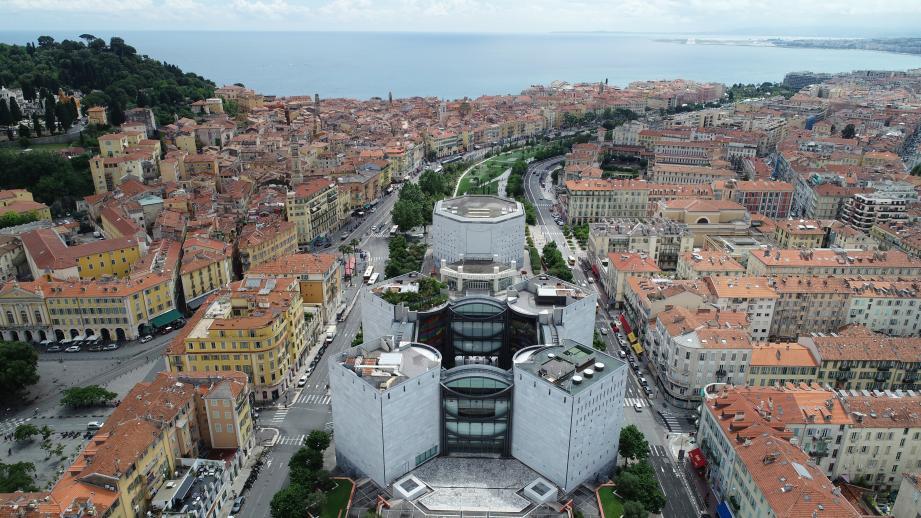 Le toit terrasse du Mamac a rouvert, pour une vue incroyable sur Nice et ses collines.
