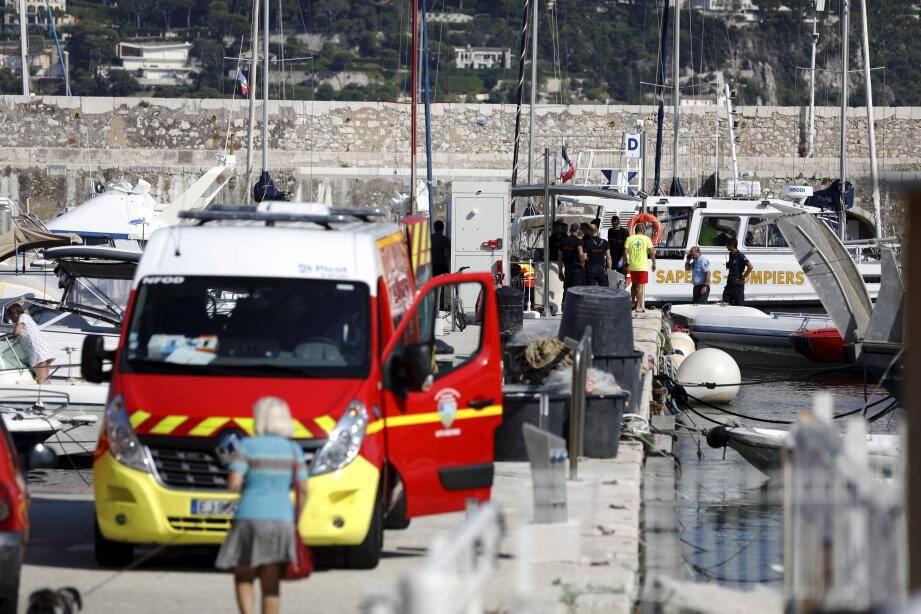 Les sapeurs-pompiers ont réussi, en mer, dans la rade de Villefranche, à délivrer la jambe du quinquagénaire, coincée dans l'hélice d'un petit semi-rigide. Le blessé a été pris en charge, direction Pasteur 2.