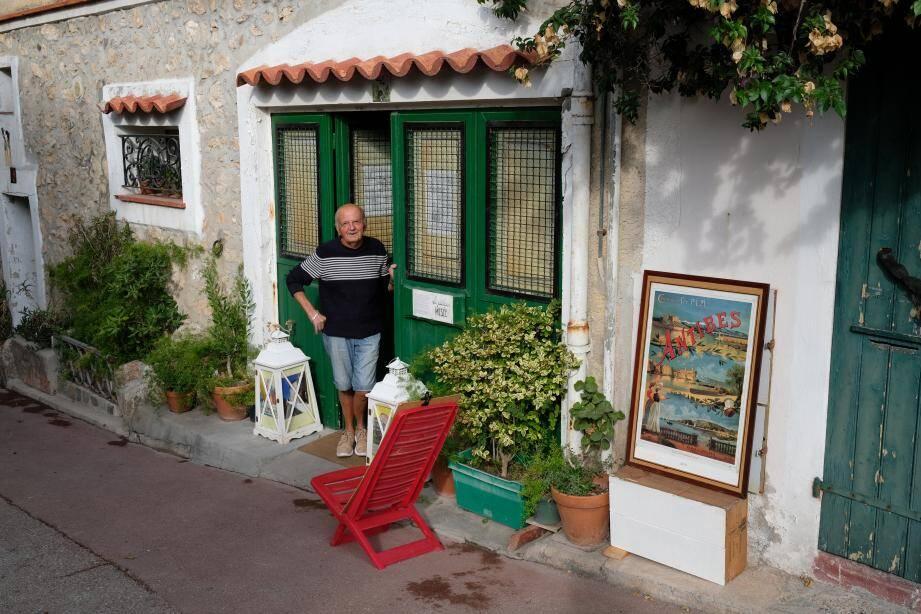 Le regretté Bernard Boetti devant son musée « Lou Pitchoun ». Espace qui devrait trouver un nouvel écrin...