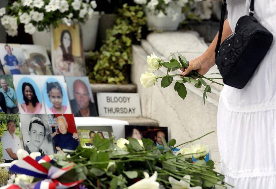 Des roses blanches déposées devant les photos des 86 morts de l'attentat du 14 juillet 2016.