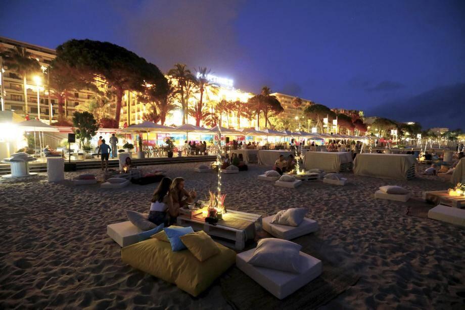 Ambiance bohème sur la plage du Martinez : palettes et confortables coussins face à la baie de Cannes pour savourer son pique-nique.