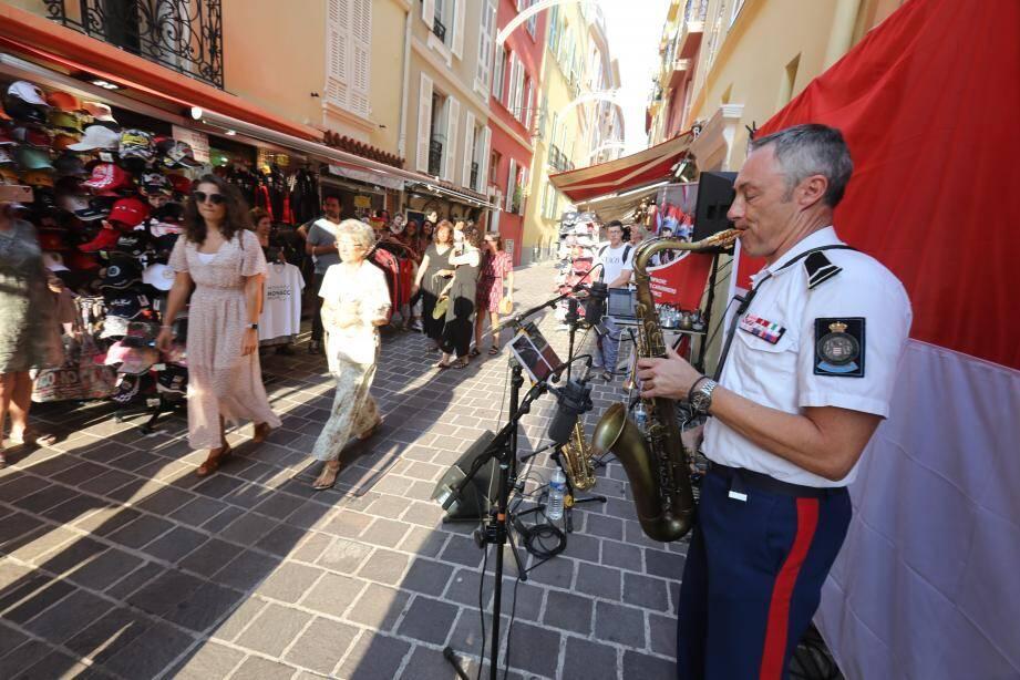 Le trio de carabiniers a pu drainer du passage dans l'une des artères, d'ordinaire passantes, du Rocher.