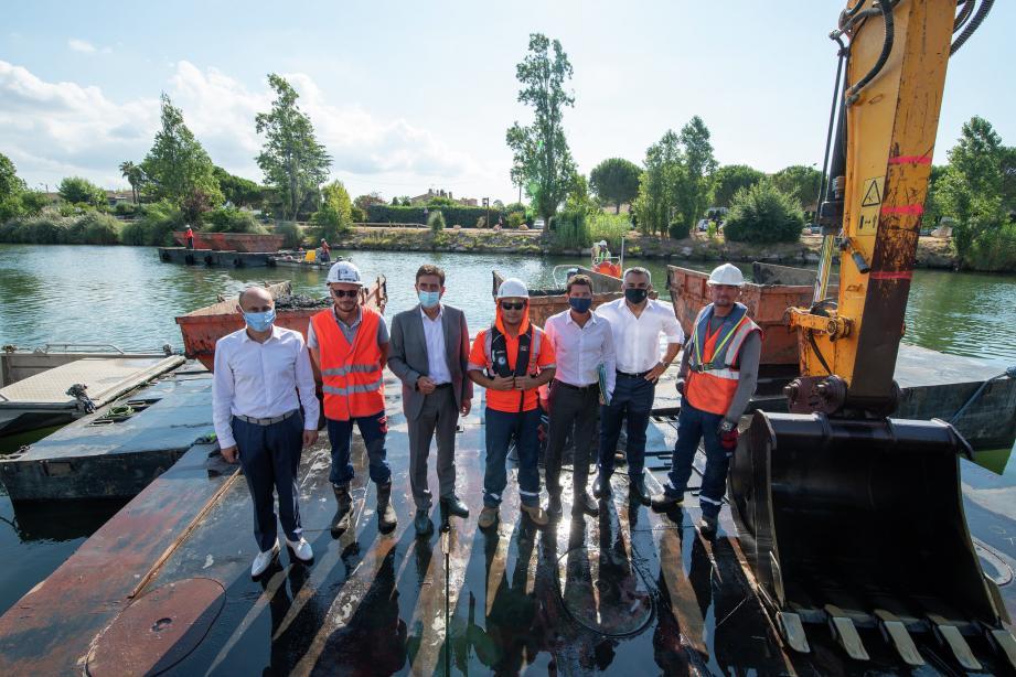 Les élus locaux sur la barge qui permet d'enlever les sédiments au fond de la Siagne.