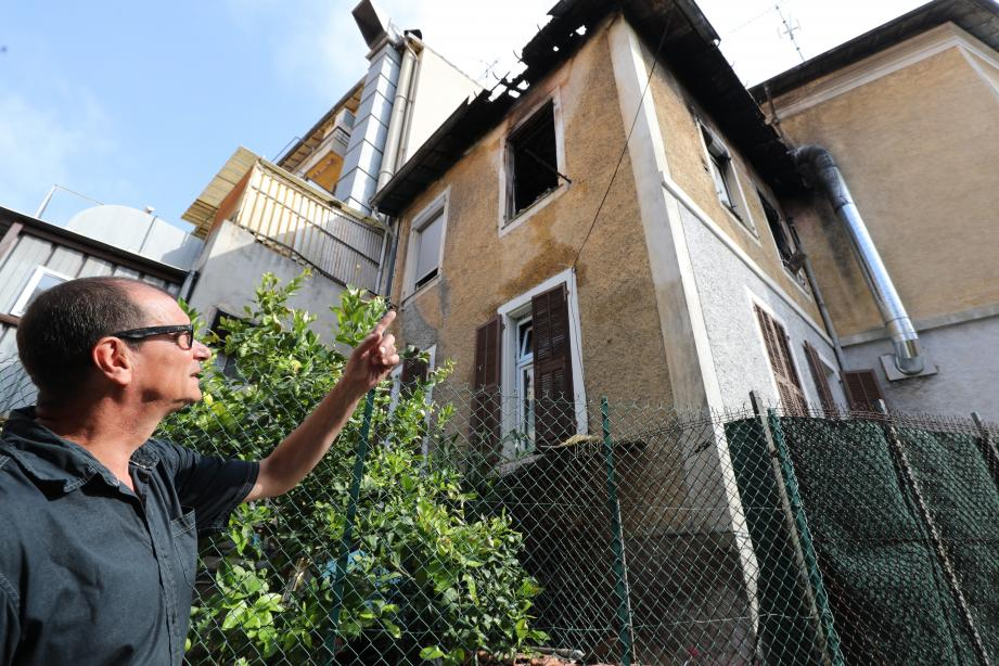 Fabrice, voisin de l'immeuble sinistré au 25, boulevard de la Madeleine, montre les stigmates du terrible incendie qui s'est déclaré dimanche soir.
