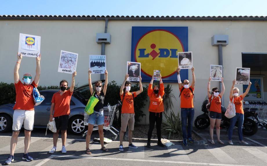 Pacifiquement, des membres de l'association L214 ont manifesté mardi devant le site situé à Six-Fours. Munis de tracts et de panneaux photos, ils ont tenté de rallier les clients du supermarché à leur cause.