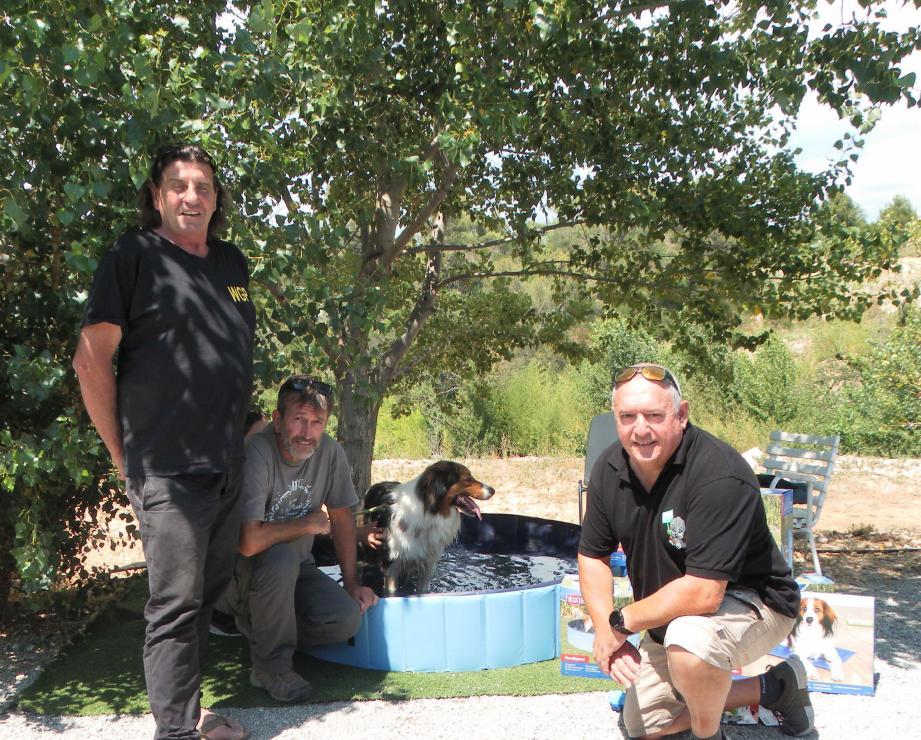 Ralph profite d'un bain rafraîchissant grâce au don de Jérôme Soubielle (au centre) remis à Laurent Gregoriou et Thierry Calvet, président et directeur de l'Avsa.