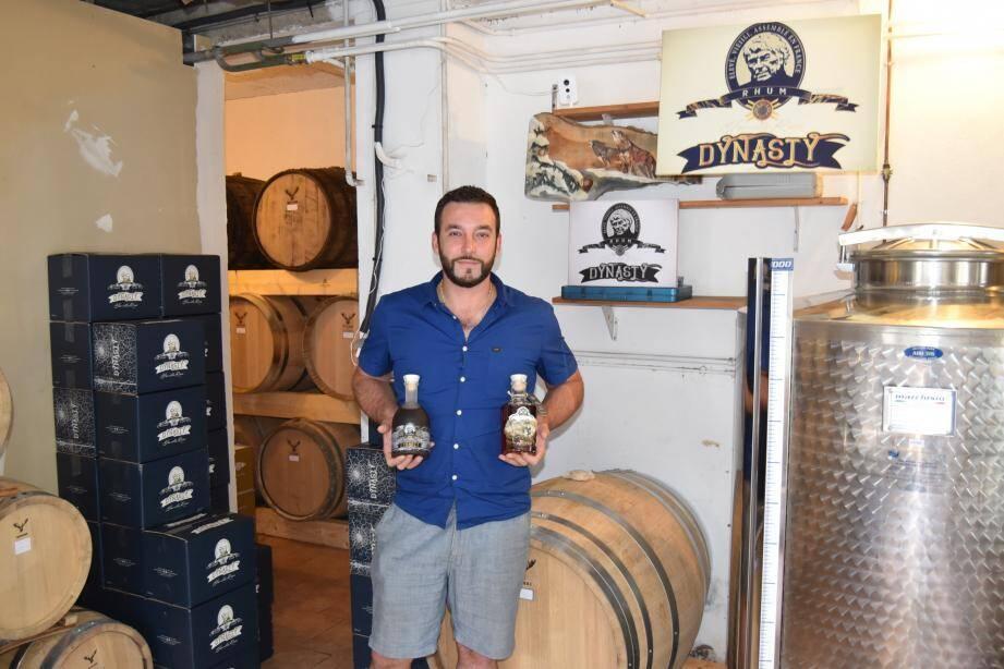 Dans la maison familiale, le producteur crée son propre alcool dans ces tonneaux conçus spécialement pour apporter des arômes uniques.