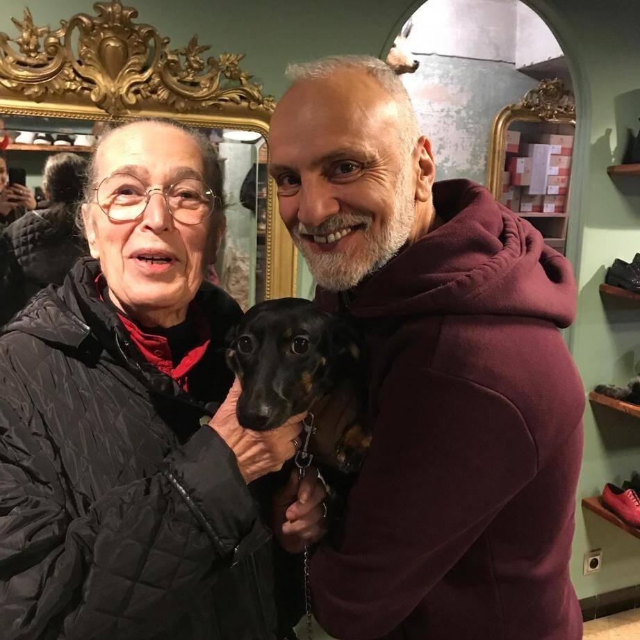 Jeannette Rous avec Minnie, sa chienne, et Domenico, son voisin et ami.