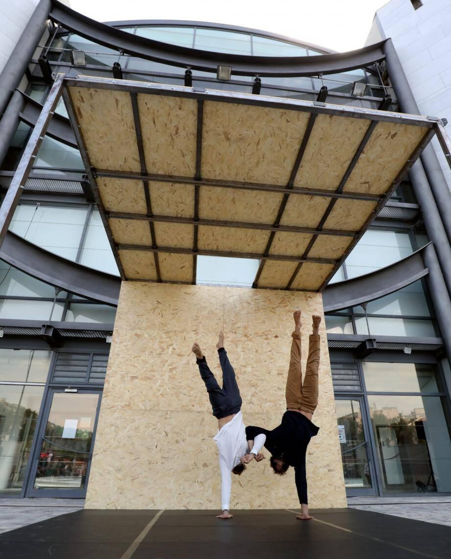 Les artistes Rémy Ingrassia et Tomàs Denis ont enchaîné les acrobaties poétiques.