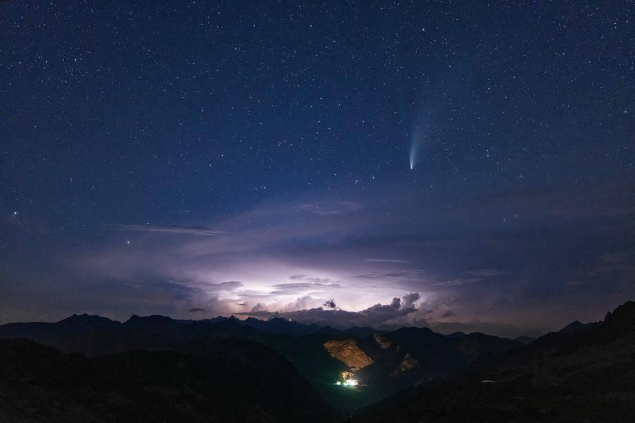 """""""Photo prise depuis le col de la Lombarde, 1h30 après le coucher du soleil. On aperçoit Santa Anna di Vinadio (en Italie dans le fond du vallon) et un orage avec ses éclairs, et la comète uniquement visible le soir  maintenant."""""""