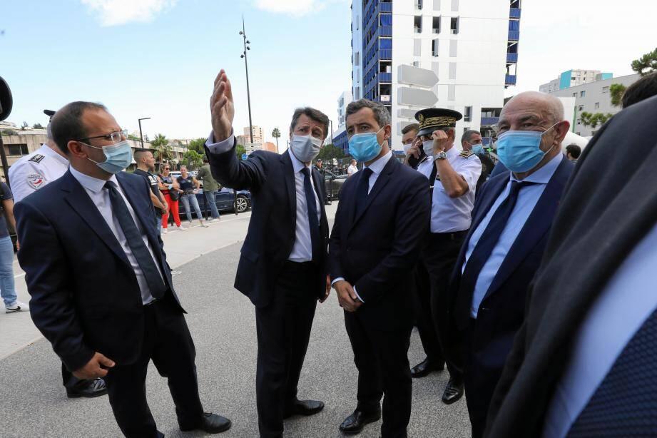 Le maire de Nice, accompagné de son adjoint à la sécurité et du préfet des Alpes-Maritimes, présente à son hôte le commissariat de Saint-Augustin, boulevard Paul-Montel. à 300 mètres du lieu de la dernière fusillade.