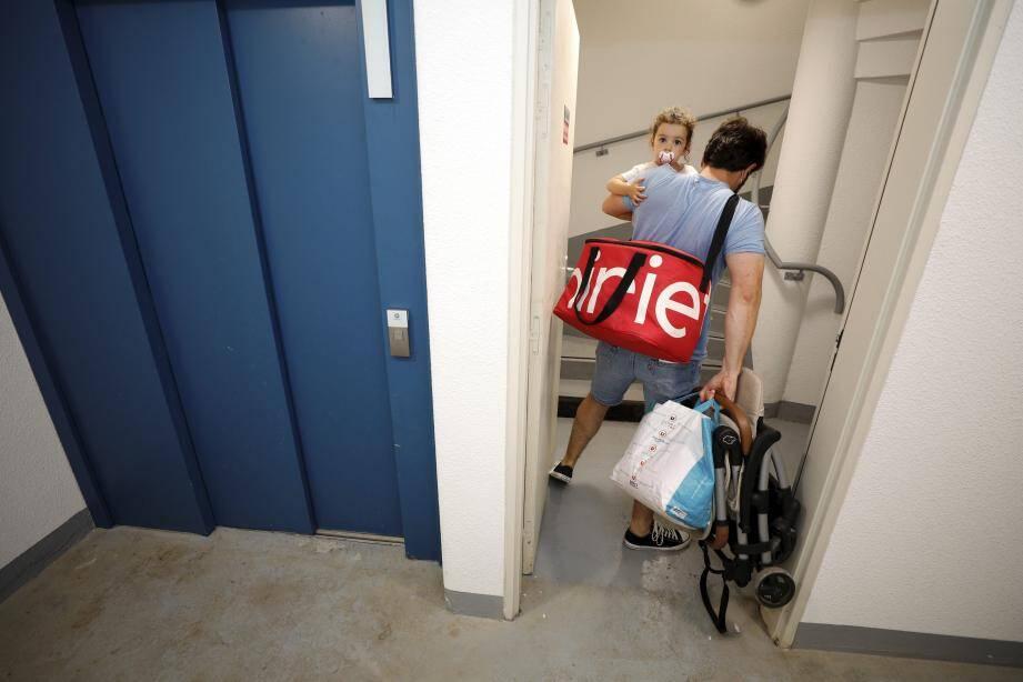 Dur dur de grimper quatre étages avec un enfant, une poussette et des sacs de courses !