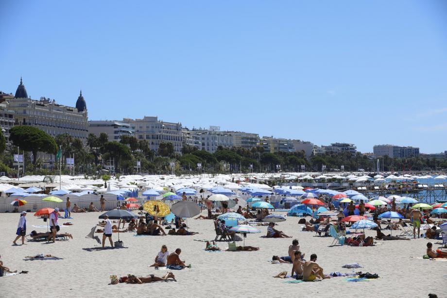 Le tourisme local, français et européen tente de compenser la défection de la clientèle américaine et moyen-orientale privée des plages cannoises à cause de la pandémie.