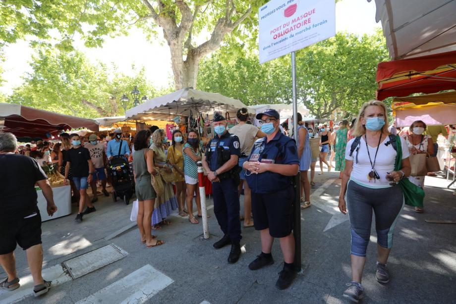 À Saint-Tropez, les policiers municipaux filtrent les entrées sur la place des Lices et demandent aux personnes non munies d'un masque de le porter.