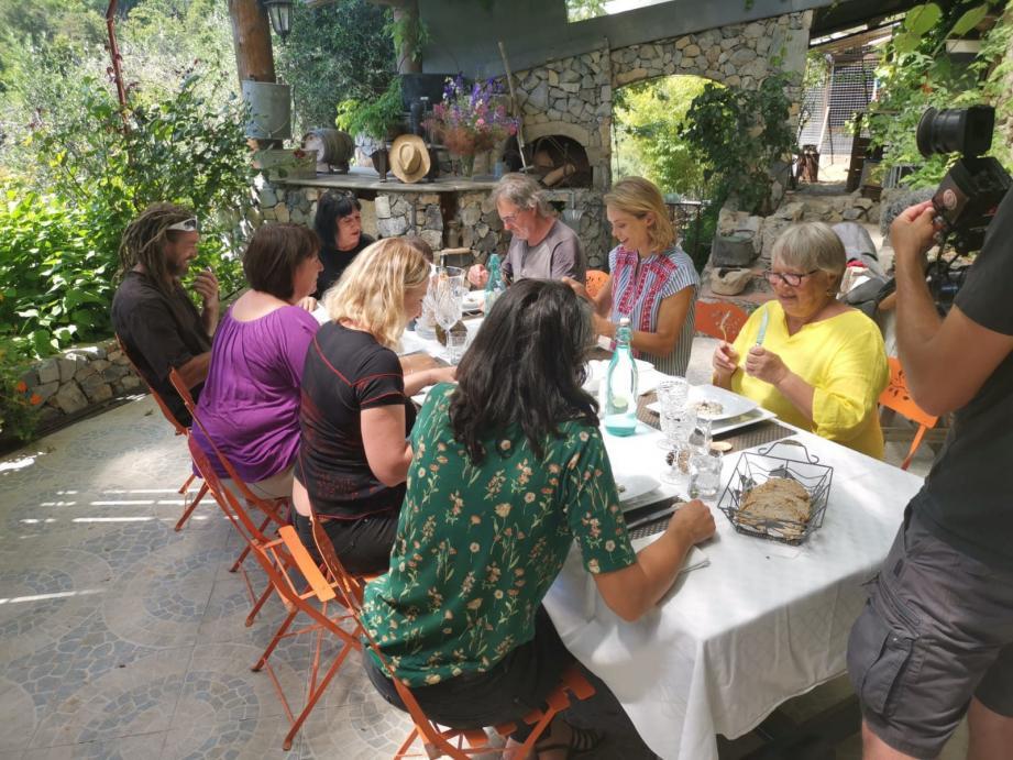 Après le passage en cuisine, tout le monde s'est retrouvé à table à la ferme auberge le Mérinos autour de Julie Andrieu, Nadine Faraut et Marie-Chantal Castel.