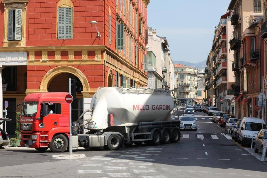 La rue Arson, trait d'union entre Riquier et le port: un axe de circulation saturé, notamment par des poids lourds et des voitures qui fréquentent quotidiennement l'artère, au grand dam de riverains excédés.