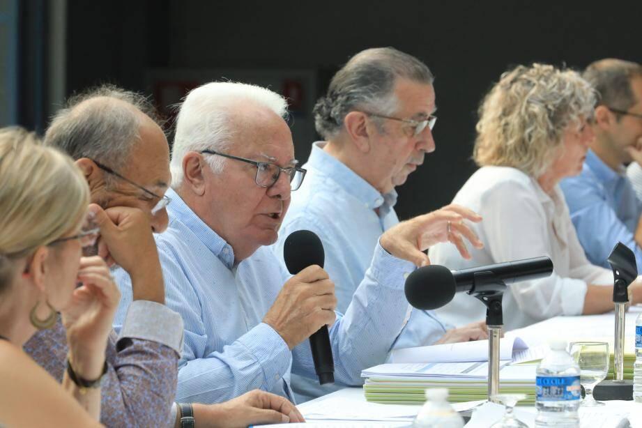 Le maire Jean-Pierre Giran a répondu aux questions de Marie-Laure Collin (en haut à dr.) et Martine Agosta (en bas à dr.).
