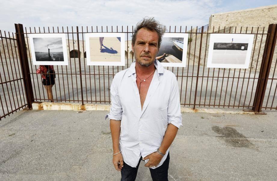 Le photographe Thomas Sappe devant son expo antiboise.