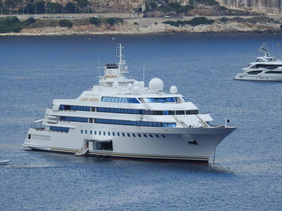 Le Lady Moura avec ses 105 mètres dans la baie de Saint-Jean en juillet.