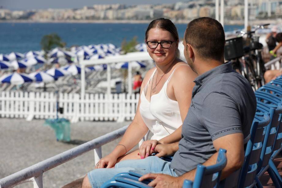 Katia et Fred, complices et soulagés, sur les chaises bleues de la promenade des Anglais.