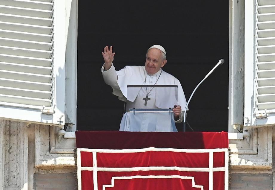 Le pape François salue les fidèles sur la Place Saint-Pierre au Vatican, dimanche 12 janvier 2020