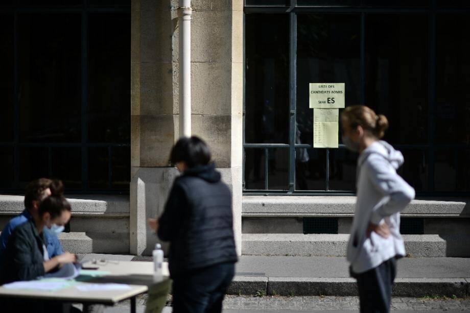 Les élèves de Terminale viennent chercher leurs résultats du bac dans un lycée parisien, le 7 juillet 2020