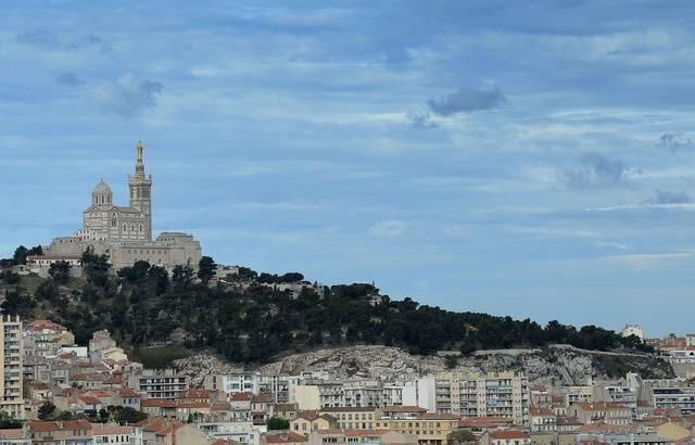 Une vue de Notre-Dame-de-la-Garde à Marseille.