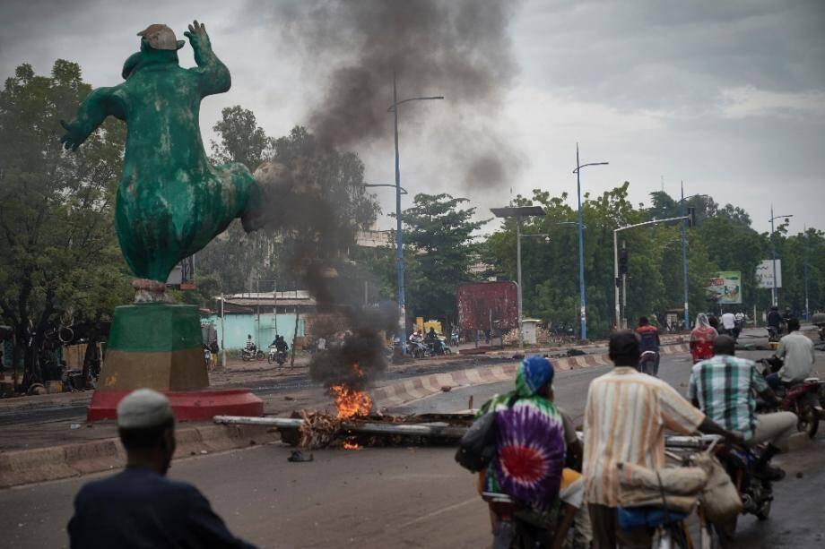Des manifestants montent des barricades à Bamako, le 11 juillet 2020 au soir