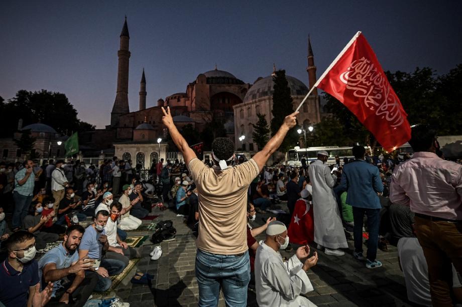 Devant Sainte-Sophie à Istanbul, le 10 juillet 2020 au soir, lors d'un rassemblement pour célébrer la transformation de l'ex-basilique en mosquée