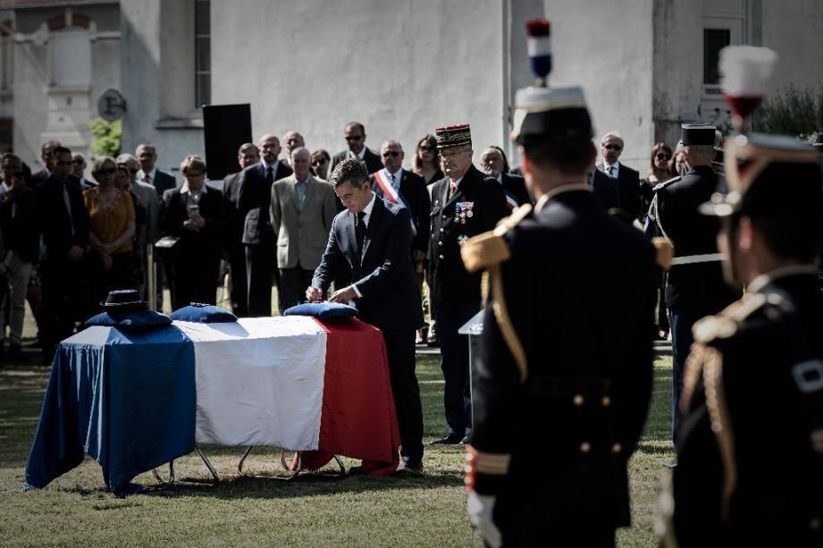 Le ministre de l'Intérieur  Gérald Darmanin décore de la Légion d'honneur à titre posthume le cercueil de la gendarme tuée par un chauffard, lors des obsèques à Mérignac, le 9 juillet 2020