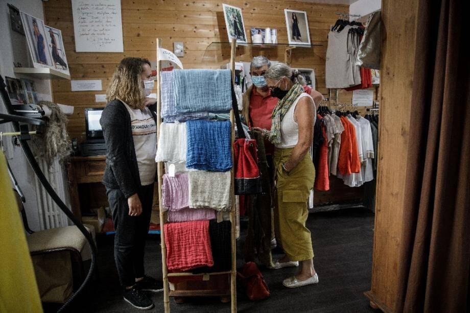 Des clients achètent des produits en lin, le 15 juillet 2020 à Villons-Les-Buissons (Calvados).
