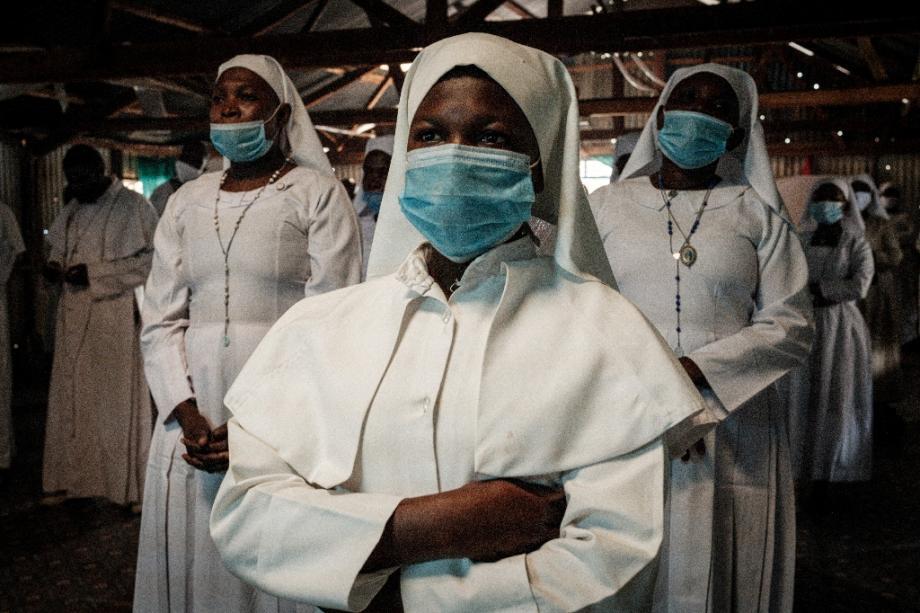 Des fidèles masquées du mouvement religieux Legio Maria dans une église de Nairobi, le 26 juillet 2020