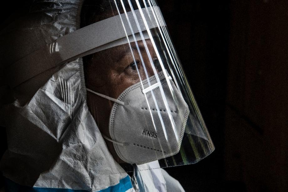 Un membre du personnel soignant, dans un quartier pauvre de San Jose, au Costa Rica, le 10 juillet 2020