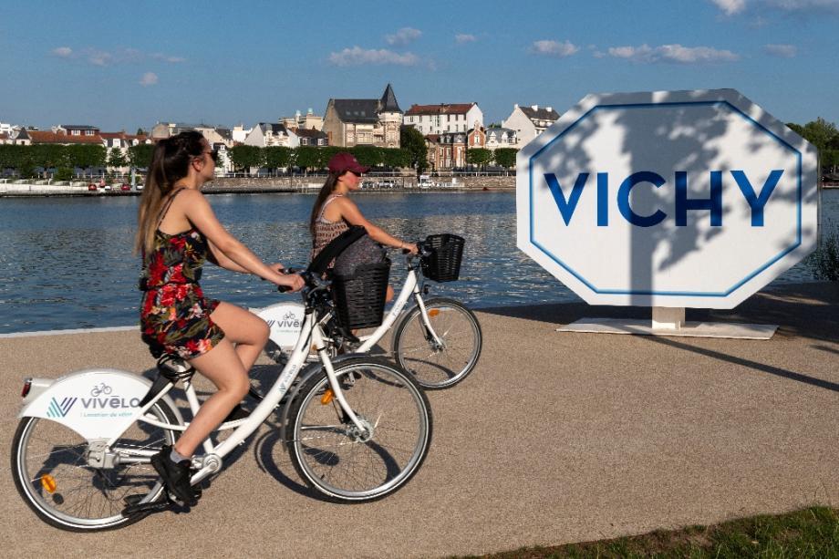 Deux cyclistes sur les bords de l'Allier, le 24 juin 2020 à Vichy