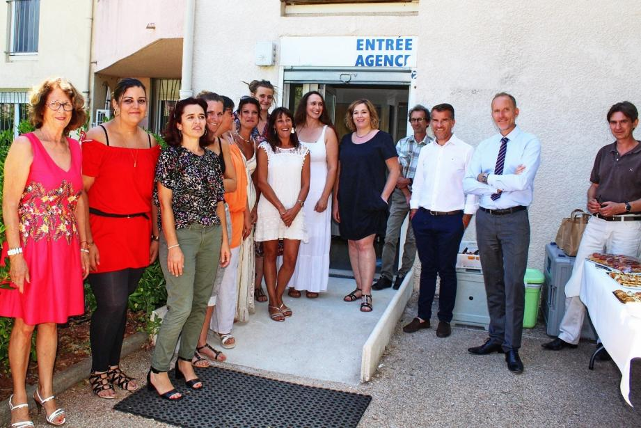 Les personnels de Var Habitat aux côtés de Marcel Baudry et Laurent Denis, directeur général et son adjoint, et Elisabeth Mariottini, première adjointe de la municipalité.