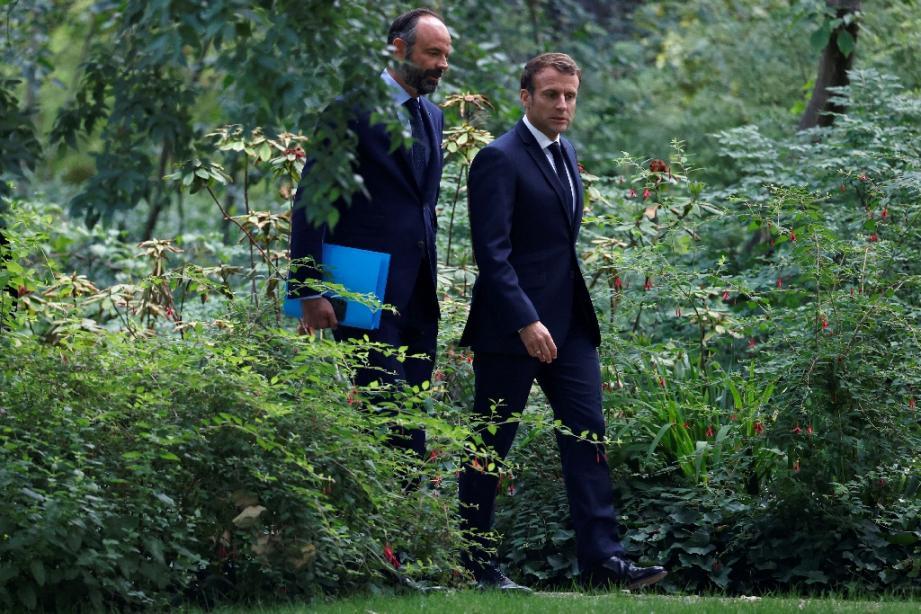 Le président Emmanuel Macron et le Premier ministre Edouard Philippe dans les jardins de l'Elysée, le 29 juin 2020 à Paris