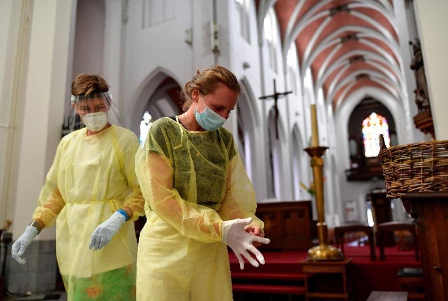 Des infirmières s'équipent avant de procéder à un dépistage du coronavirus à Anvers (nord de la Belgique) le 27 juillet 2020