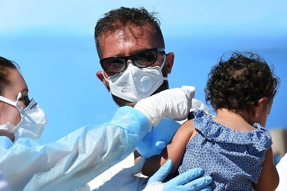 Arrivée de migrants secourus en Méditerranée au port de Lampedusa, le 29 juillet 2020