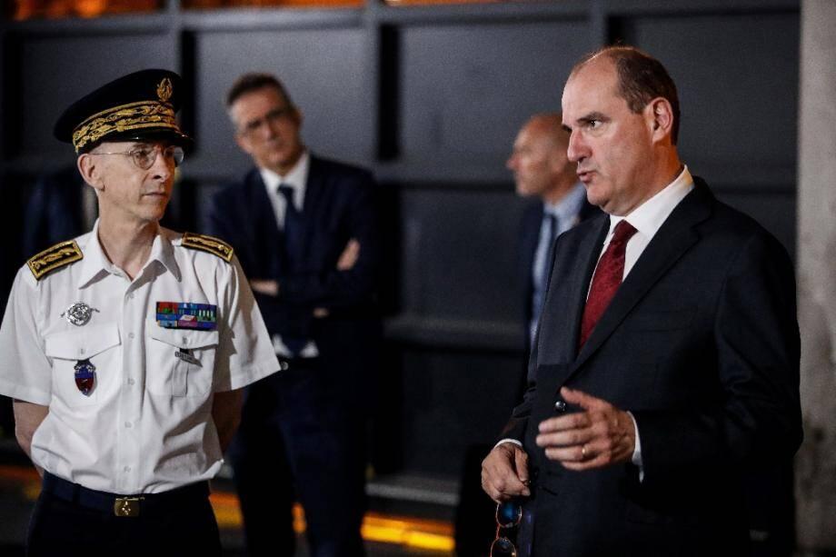 Le Premier ministre Jean Castex (droite) rencontre des policiers à La Courneuve, près de Paris, le 5 juillet 2020