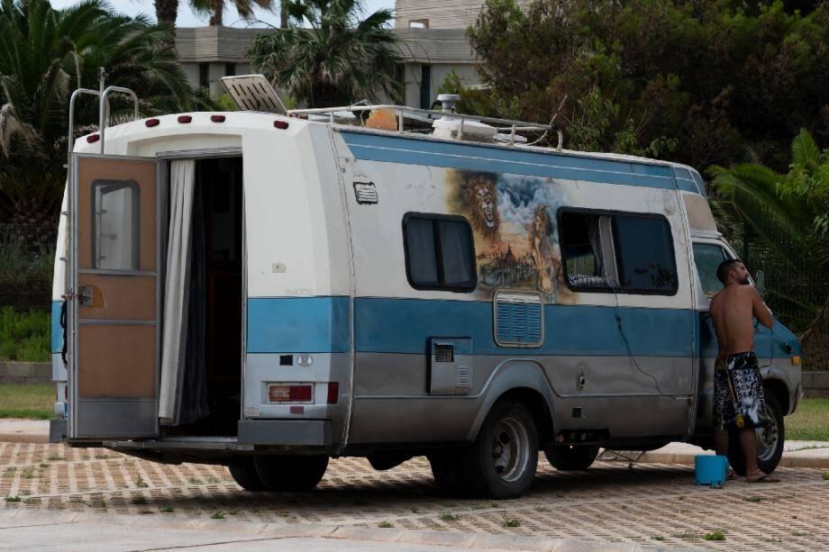 Un homme se rase devant son camping car sur un parking de Castellon, en Espagne, le 4 juillet 2020