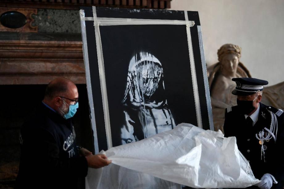 """Policiers français et italien à l'ambassade de France déballent """"la porte de Banksy"""", à Rome le 14 juillet 2020"""
